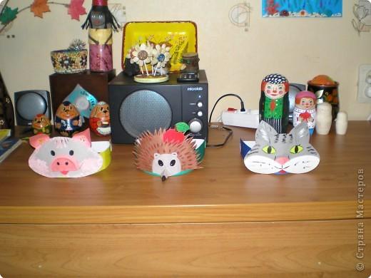 Эти маски я делала в Дом детского творчества, куда ходит мой сын, несколько месяцев тому назад. Точнее, одеваются они не как маски, на лицо, а как ободки - на голову. Модели придумывала сама, поэтому старалась убить 2-х зайцев: чтобы делать попроще было, но чтобы похоже получилось. Не знаю, достигнута ли вторая цель :-). Делюсь с теми, кому интересно: ободок частично состоит из плотного картона (35 см - длина, 4см - высота), к которому по центру крепится маска, а остальное - пришитая широкая резинка (рассчитано на детей - 15 см резинки). Проверено: удобно и хорошо сидит на голове. Увы, остались только эти фотографии, нет фото в подходящем интерьере фото 2