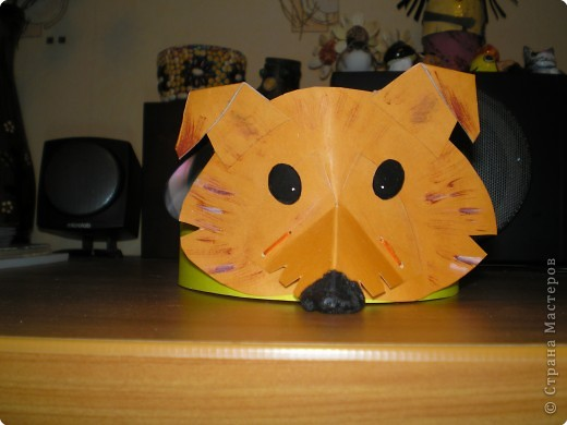 Эти маски я делала в Дом детского творчества, куда ходит мой сын, несколько месяцев тому назад. Точнее, одеваются они не как маски, на лицо, а как ободки - на голову. Модели придумывала сама, поэтому старалась убить 2-х зайцев: чтобы делать попроще было, но чтобы похоже получилось. Не знаю, достигнута ли вторая цель :-). Делюсь с теми, кому интересно: ободок частично состоит из плотного картона (35 см - длина, 4см - высота), к которому по центру крепится маска, а остальное - пришитая широкая резинка (рассчитано на детей - 15 см резинки). Проверено: удобно и хорошо сидит на голове. Увы, остались только эти фотографии, нет фото в подходящем интерьере фото 4