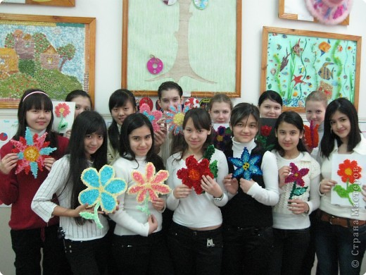 8 класс: каждая девушка выполнила стилизованный цветок в технике торцевание. фото 1