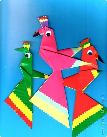 Дети выбирают  три цвета по собственному желанию.  Прямоугольные листы желательно заранее обрезать так,чтобы из них получались квадраты нужной ширины.  У нас стороны квадрата приблизительно 13,5; 15 и 16,5 см фото 10