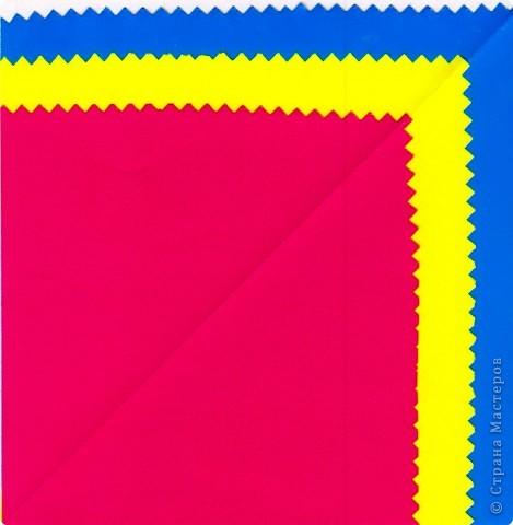 Дети выбирают  три цвета по собственному желанию.  Прямоугольные листы желательно заранее обрезать так,чтобы из них получались квадраты нужной ширины.  У нас стороны квадрата приблизительно 13,5; 15 и 16,5 см фото 2