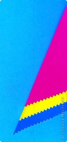 Дети выбирают  три цвета по собственному желанию.  Прямоугольные листы желательно заранее обрезать так,чтобы из них получались квадраты нужной ширины.  У нас стороны квадрата приблизительно 13,5; 15 и 16,5 см фото 4