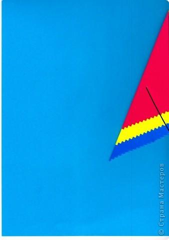 Дети выбирают  три цвета по собственному желанию.  Прямоугольные листы желательно заранее обрезать так,чтобы из них получались квадраты нужной ширины.  У нас стороны квадрата приблизительно 13,5; 15 и 16,5 см фото 5