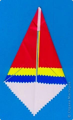 Дети выбирают  три цвета по собственному желанию.  Прямоугольные листы желательно заранее обрезать так,чтобы из них получались квадраты нужной ширины.  У нас стороны квадрата приблизительно 13,5; 15 и 16,5 см фото 8