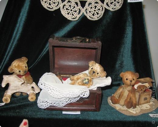 Небольшие зарисовки с выставки. Миниатюрные мишки Ирины Гараниной. Размером они от 8 см и ниже. И всё у них, как у больших плюшевых мишек - глазки стеклянные, ручки-ножки крутятся. фото 1
