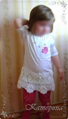 Добавив к обычной белой футболочке вот такую юбочку связанную крючком, получилось маленькое платьице. фото 1