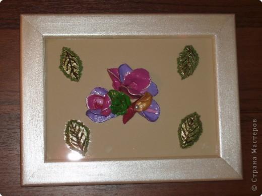Название картины придумать не удалось. Что за цветы получились тоже не могу сказать. Родилась она спонтанно, руки что-то сами собой сотворили. Лепилась она совместно с розами и синей вазочкой, а закончила все работы с ней только вчера.