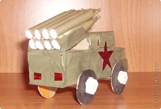 """""""Катюша """" из спичечных коробков, обклеена бумагой и покрашена гуашью.  Снаряды из цветной бумаги."""