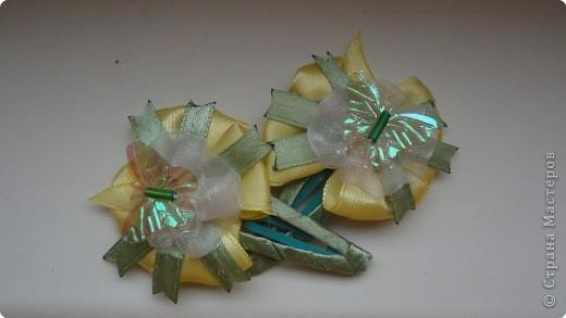 """Меня увлекло создание заколочек и бантиков. Очень нравится, когда дочка с радостью их носит, да и еще переодевает несколько раз в день. Значит что-то у меня получилось:) Вдохновитель - это Zima. А сейчас увижу заколку интересную в магазине, рассмотрю подробно, а дома что- нибудь похожее на свой лад сделаю.   """"Бабочки на цветочке"""" фото 1"""