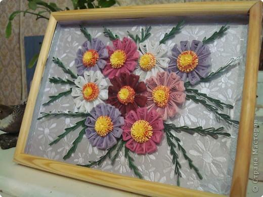 Мне очень понравились космеи в исполнении мастериц СМ. И я решила тоже попробовать сделать такой букет. Цветы делались легко. Но самое сложное было составить композицию. Фон это тисненая бумага,  купленная в магазине для художников. Углубила рамку сама. фото 3