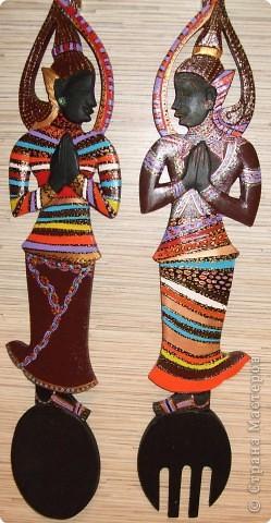 Африканские матрешки (деревянные вилка и ложка, высота 40см). Черного цвета тайские божества были переодеты в африканских матрешек с помощью акриловых красок :)) фото 1