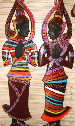 Африканские матрешки (деревянные вилка и ложка, высота 40см). Черного цвета тайские божества были переодеты в африканских матрешек с помощью акриловых красок :)) фото 2