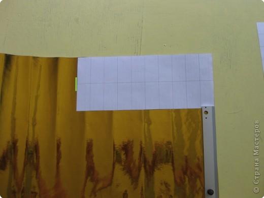 Сегодня я покажу вам как собрать золотого лебедя из самоклеющейся плёнки. Для сборки этого лебедя мне потребовалось 1,5 метра золотой самоклеющейся плёнки и 0,5 метра чёрной. Ширина каждого листа самоклейки 0,5 метра. Самоклейку можно найти в крупных строительных магазинах или на рынке в ларьке со строительными принадлежностями. фото 3
