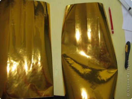 Сегодня я покажу вам как собрать золотого лебедя из самоклеющейся плёнки. Для сборки этого лебедя мне потребовалось 1,5 метра золотой самоклеющейся плёнки и 0,5 метра чёрной. Ширина каждого листа самоклейки 0,5 метра. Самоклейку можно найти в крупных строительных магазинах или на рынке в ларьке со строительными принадлежностями. фото 7