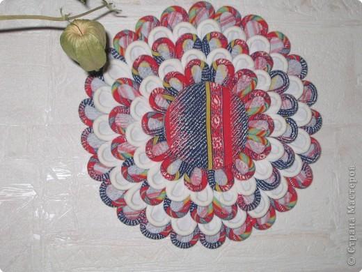 Так выглядит готовая работа из ткани. Я проведу МК, используя гофрированную бумагу. Такой вариант исполнения можно применять в работе с детьми для создания декоративных панно (цветы, рыбки, птички, целые картины,...) фото 1