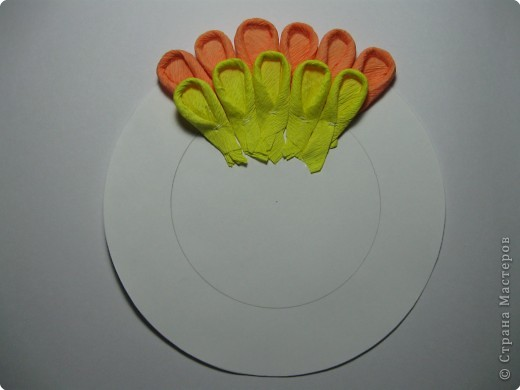 Так выглядит готовая работа из ткани. Я проведу МК, используя гофрированную бумагу. Такой вариант исполнения можно применять в работе с детьми для создания декоративных панно (цветы, рыбки, птички, целые картины,...) фото 11