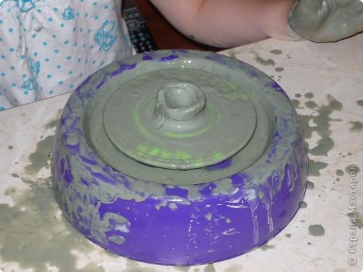 Вот такой гончарный круг мы с дочкой купили в детском магазине. Работает он от 2-х батареек. В комплект входят сам круг, стека, брикет голубой глины и о-о-о-очень подробная инструкция по работе. Сначала я попробовала поработать на нем сама: чуть смогла оторваться, так интересно и увлекательно! фото 3