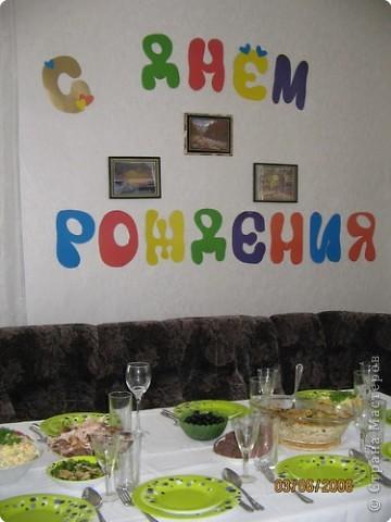 Из цветного картона вырезала буквы и скотчем приклеила на стену.Получилась такая растяжка праздничная...