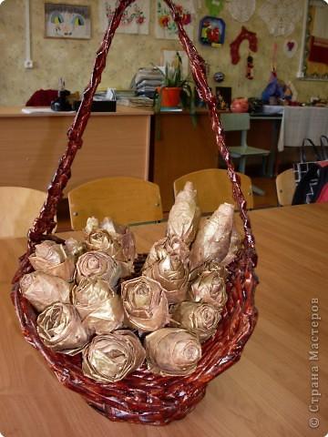 Плетение кашпо из газет + розы из кленовых листьев фото 3