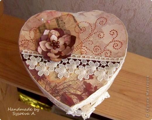 Понравилось делать такой цветочек, что решила еще коробочку им же украсить) фото 2