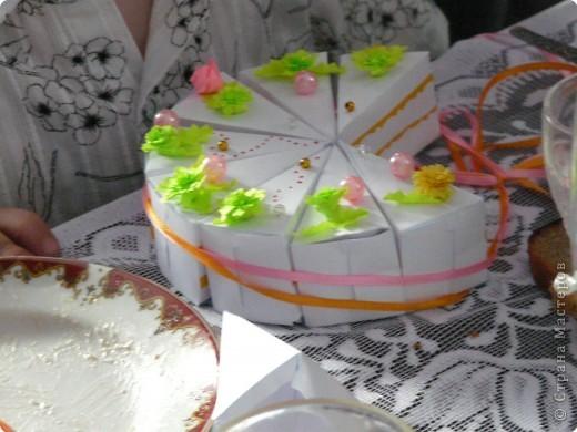 Итак, вот он мой красавец-тортик, нашпигованный напутствиями молодоженам и бумажками с семейными обязанностями- утомительными и не очень. Стоит мой родимый на свадебном столе, не знает, бедолага, своей участи... фото 1