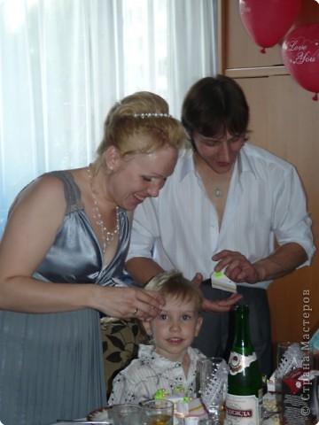 Итак, вот он мой красавец-тортик, нашпигованный напутствиями молодоженам и бумажками с семейными обязанностями- утомительными и не очень. Стоит мой родимый на свадебном столе, не знает, бедолага, своей участи... фото 2