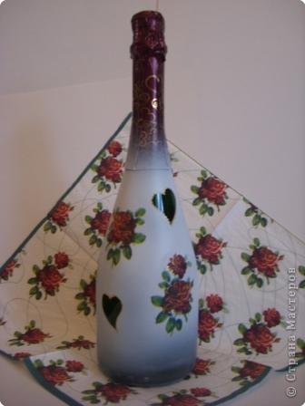 Украсила пока парочку бутылок, которые стояли дома. Если будет время - хочу украсить побольше:) Подобрала салфеточки с розами на белом фоне. Контуры салфеток почти не видны. Розочки по цвету очень удачно совпали с фольгой на верху бутылок.  фото 1