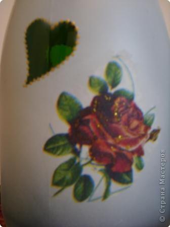 Украсила пока парочку бутылок, которые стояли дома. Если будет время - хочу украсить побольше:) Подобрала салфеточки с розами на белом фоне. Контуры салфеток почти не видны. Розочки по цвету очень удачно совпали с фольгой на верху бутылок.  фото 2
