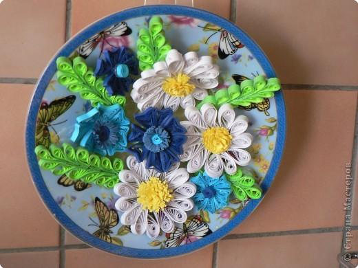 Ещё одна моя работа в технике квиллинг. Все ромашки раздарила, и так захотелось себе что-нибудь сделать, вот так возникла идея этого панно. За основание взяла блюдце от чайной пары. Голубой фон , бабочки, мелкие цветочки - все пригодилось. фото 1