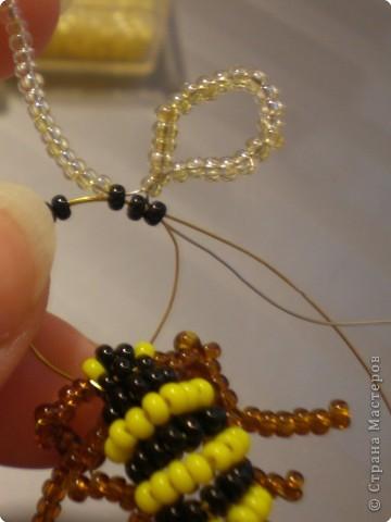 Вот такую пчёлку (хотя возможно она больше похожа на осу) можно сделать из проволки и бисера. фото 9