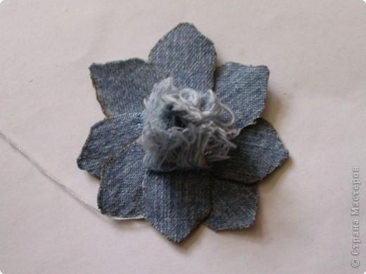 Цветок из остатков джинсы.