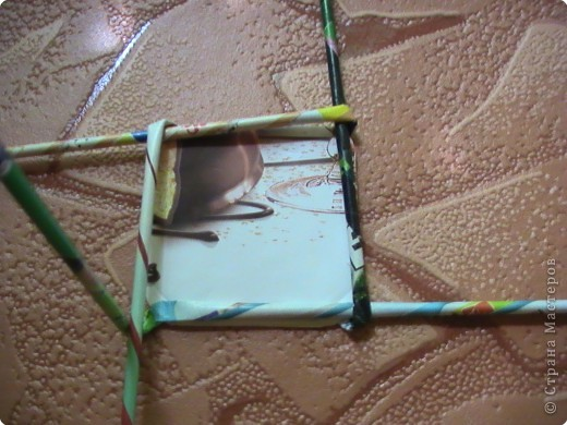 """Уважаемые,мастерицы,знаю что есть уже МК по этому плетению,но есть люди,которые еще не освоили его.Поэтому специально для них. Начну с самого простого """"косого """"плетения.Для него не требуется форма для оплетения. Нам понадобятся два квадратика из картона(я немного скругляю уголки),и соответственно трубочки журнальные(газетные). ВАЖНОЕ:сначала проверим палочки на гибкость.Если при сгибании в месте сгиба палочка не ломается,значит изделие получится аккуратным.На собственном опыте столкнулась с ломкой бумагой. фото 12"""