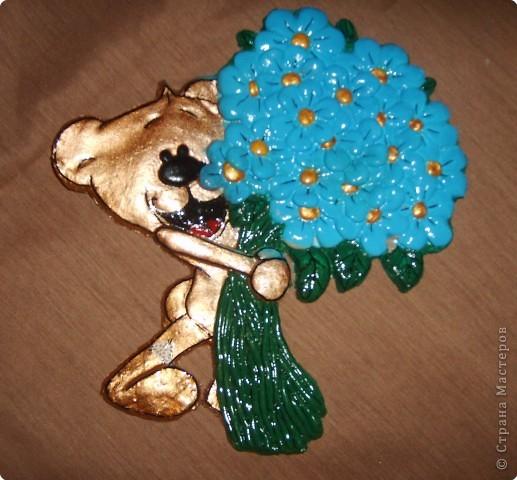 Лепка: Мишка с голубыми ромашками ждет вашей помощи