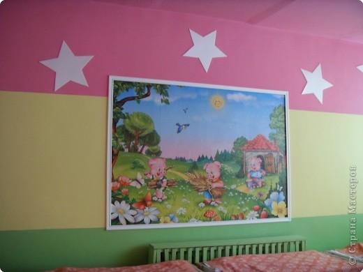 """Оформление спальни в группе """"Звездочки"""" Звезды вырезаны из потолочных плиток, картина- фотообои, рамка картины- потолочный плинтус. фото 1"""