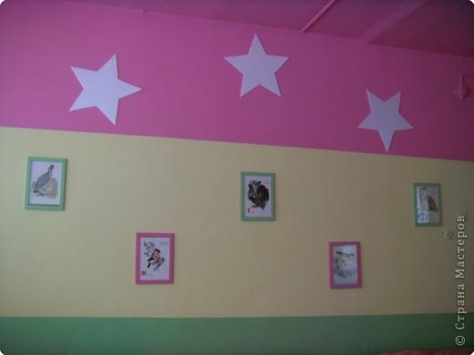 """Оформление спальни в группе """"Звездочки"""" Звезды вырезаны из потолочных плиток, картина- фотообои, рамка картины- потолочный плинтус. фото 2"""