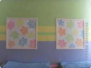 """Оформление спальни в группе """"Звездочки"""" Звезды вырезаны из потолочных плиток, картина- фотообои, рамка картины- потолочный плинтус. фото 3"""