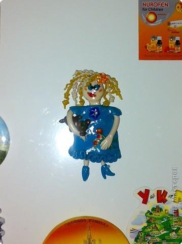 сделана из пластики по образу и подобию подруги Насти) с букетом в левой руке и мишкой в правой)  сверху покрыта лаком