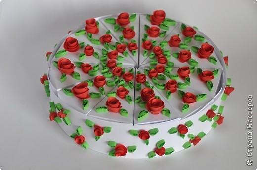 Хочу поделится очень хорошей идеей торта. Идея не моя и автора я не знаю. Такие бумажные тортики часто делают на свадьбу и на день рождение.  Этот торт из бумаги, он же - упаковка для подарков. Делается легко и быстро, и может быть любого размера и состоять из нескольких ярусов.  Такой торт очень хорош для любого праздника и просто если вы хотите сделать подарки своим друзьям, близким и знакомым. Даже не очень большие подарочки станут в такой упаковке запоминающимися. фото 13