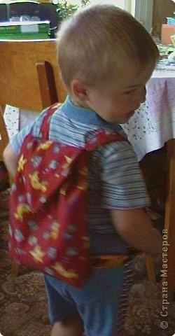 Сейчас у нас стоит жара, и на прогулки с сыночком надо брать с собой бутылочку с питьем... Я придумала сшить вот такой весёленький рюкзачок для Тимофейки. Вроде бы ничего необычного но рюкзачок превращается... фото 7