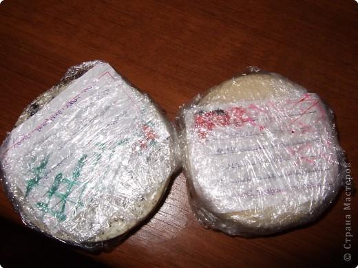 первый слой: мыло, сахар, молоко, глина; второй слой: кофейные зёрна расставлены по контуру и залиты первой смесью, с добавлением жидкого мыла с экстрактом алоэ; третий слой: опять-же кофе и в оставшуюся мыльную смесь я добавила соль и молотый кофе.. Мыло улетело в Израиль, надеюсь новой хозяйке оно прийдётся по душЕ в дУше^^ фото 5