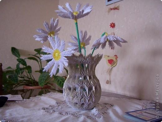 Вот такая получилась ваза с цветами, ромашки получились объёмные, стебелёк не выдержал, нужно переделывать. И фото тоже не очень получилось. фото 1
