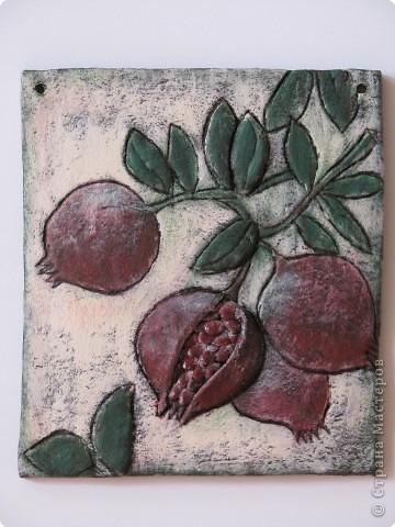 Гранат, согласно фэн-шуй, один из самых счастливых плодов. Внутри граната — множество семян, поэтому он символизирует плодородие. Кроме того, гранат символизирует семью с хорошими детьми, которые, когда вырастут, принесут ей почёт и славу.