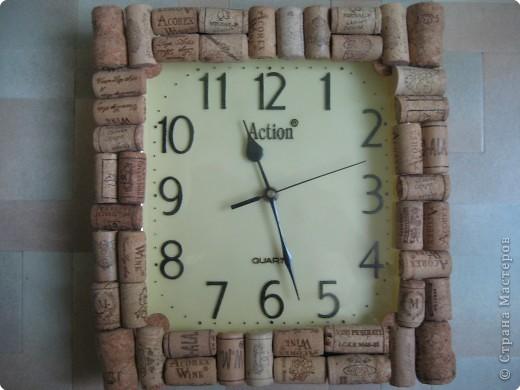 Обклеила настенные часы пробками из-под бутылок, разрезанными пополам, теперь часы смотряться намного интересней и веселей.
