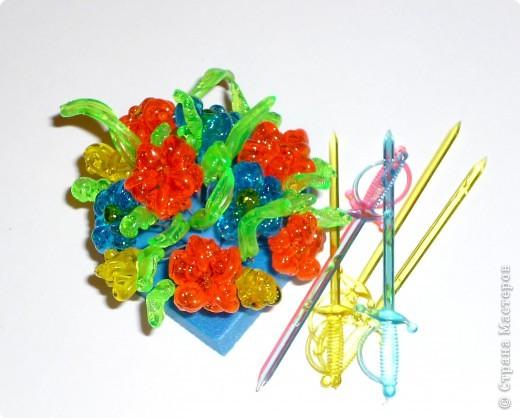Цветы из пластиковых зубочисток для примера прикрепила к домику (размер домика примерно как полтора спичечных коробка). фото 2