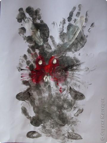 Рисовать я не умею,попытались Софийкиными ладошками изобразить зайца фото 1