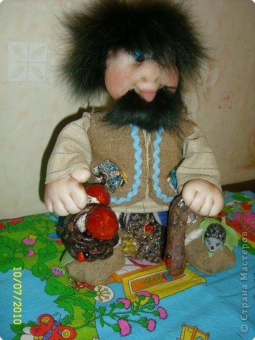 Захотелось мне сказки и вот такой Лесовичок у меня родился в связи с этим. Рост куклы 30 см. Для волос и бороды использован натуральный мех, мне так понравилась его лохматость!!! Вначале хотела ему шапку на голову сделать - но потом подумала, такая шикарная лохматая шевелюра, наверное не хочет быть спрятанной под головной убор. Для пня, палки и корзины мне пришлось освоить новый для меня вид рукоделия лепка из соленого теста, поэтому не судите строго - это можно сказать мой первый опыт. Хочу сказать огромное спасибо Пилар Елене за вдохновение в отношении пенечка и всем мастерицам, которые показали здесь мастер-классы по лепке, без них мне было бы не справиться. фото 10