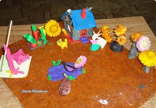 История пластилиноваого дома, оказывается не закончилась. В этот раз Алеша занимался с моей младшей сестрой и возле дома появились.... Клумбы-деревья из сухоцветов! фото 1