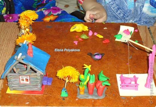 История пластилиноваого дома, оказывается не закончилась. В этот раз Алеша занимался с моей младшей сестрой и возле дома появились.... Клумбы-деревья из сухоцветов! фото 2