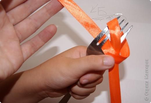 Хочу показать как завязать маленький супер аккуратный бантик с помощью обычной вилки.  Для этого берем вилку в левую руку, а отрез ленточки в правую. Конец А - не рабочий, конец Б - рабочий. фото 5
