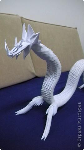 туловище дракона сделано из 1500 модулей. голову сделал раньше и приклеел к туловищу. вот тут про голову дракона - https://stranamasterov.ru/node/87134  фото 5